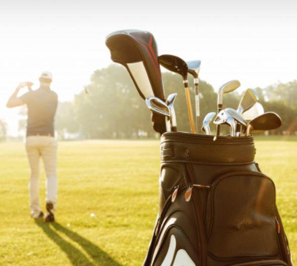 Golftaschen und Golfschläger