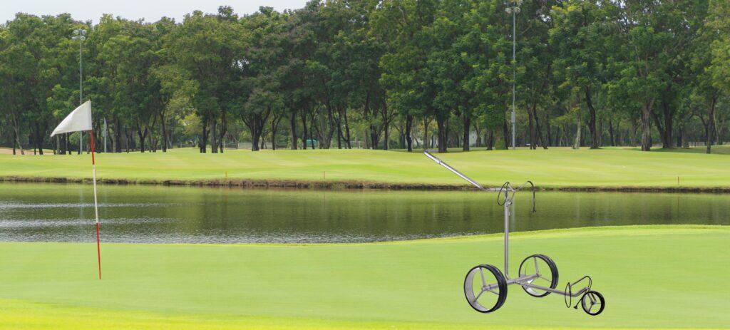 elektrischer Golftrolley auf Golfplatz